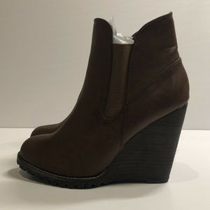 Very Volatile Venna Taupe Ankle Wedge Boots Sz 7M